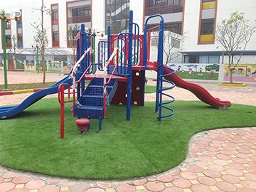 cỏ trang trí sân chơi trường mầm non